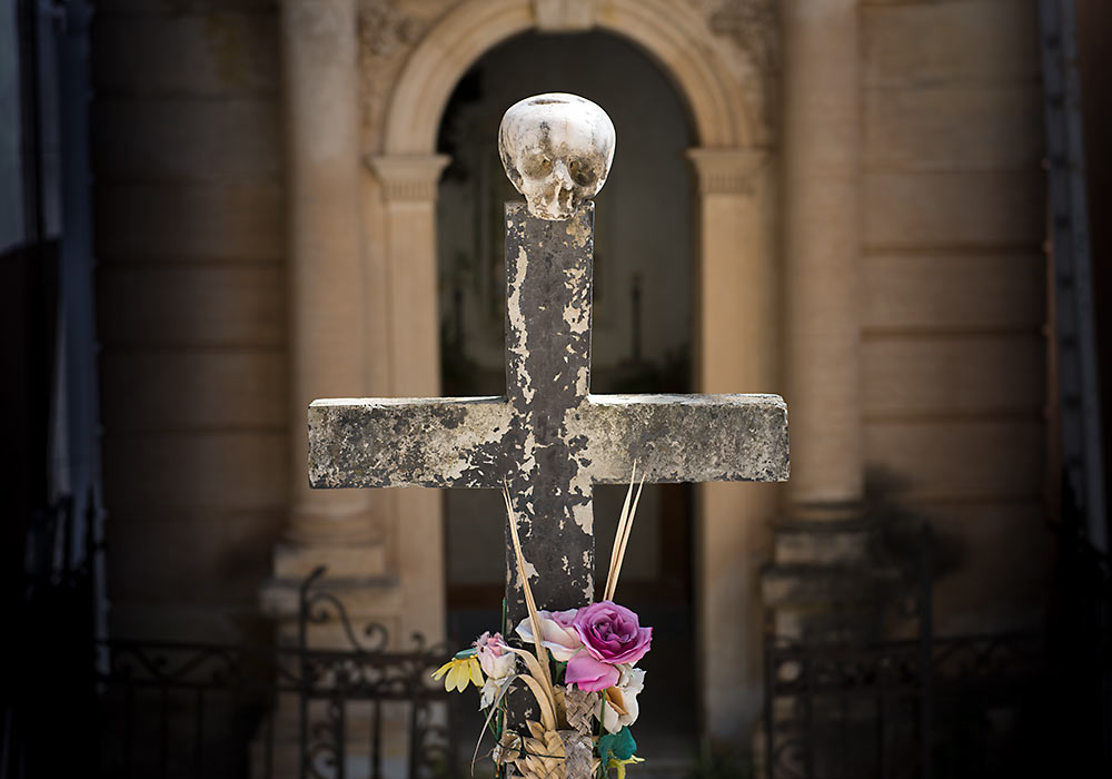 Grav med hodeskalle på kirkegården i Cefalù på Sicilia