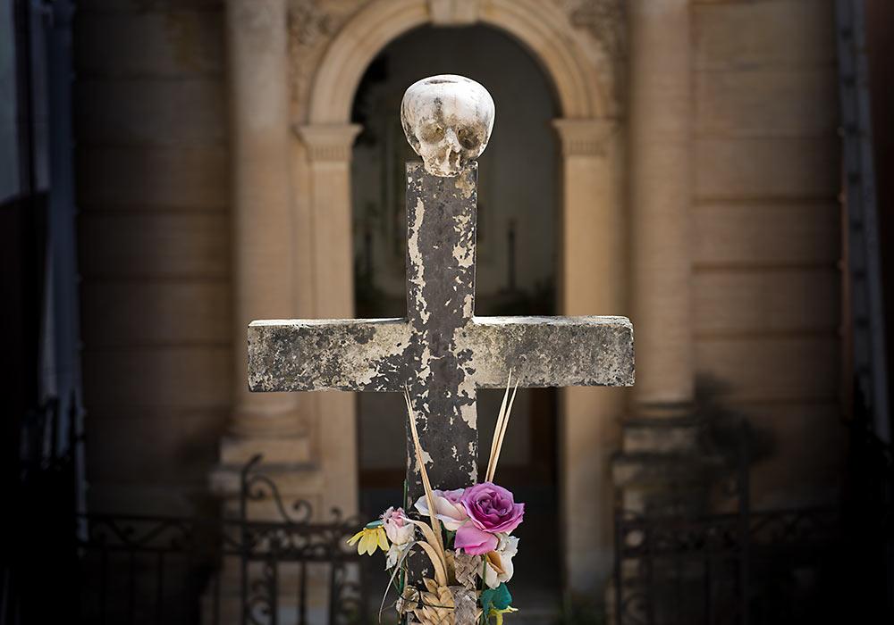 gravstøtte med hodeskalle i Cefalù på Sicilia