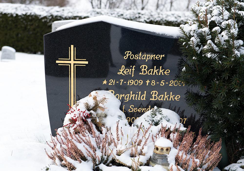 gravstein med tittel poståpner
