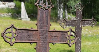 Gravminner (jernkors) ved Uvdal stavkirke.