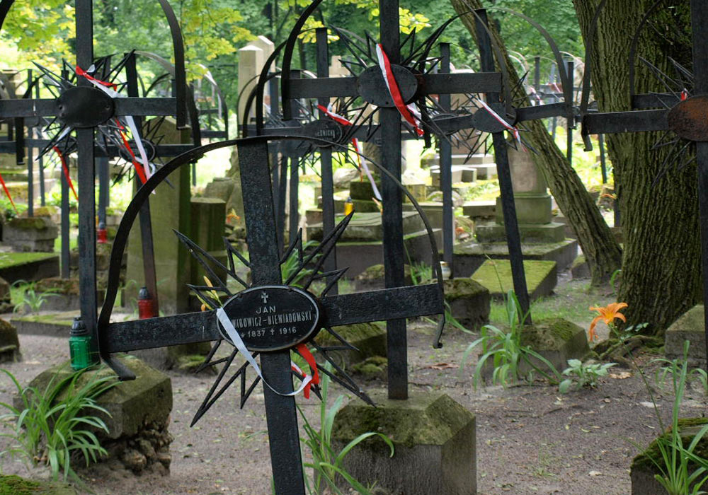 Gravminne i jern på kirkegård i Lviv i Ukraina