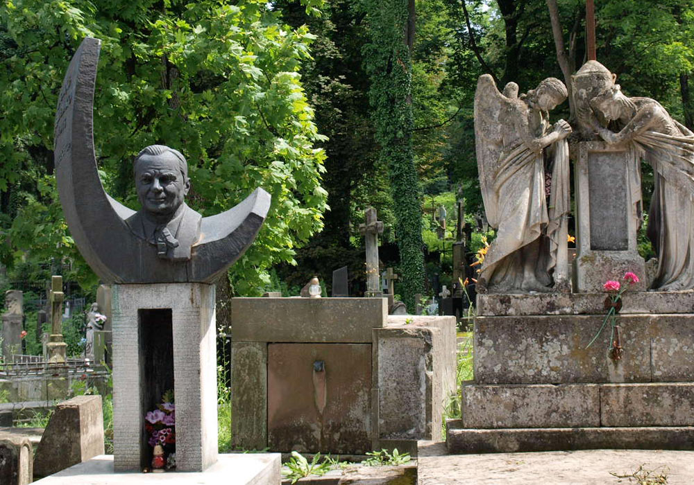 Gravmonument på kirkegård i Lviv i Ukraina